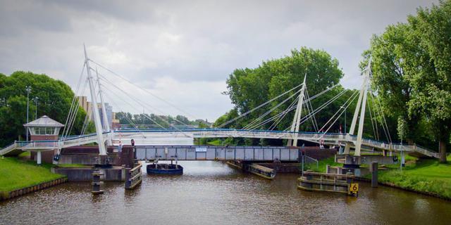 Flinke schade nadat schip tegen brug aanvaart in Groningen
