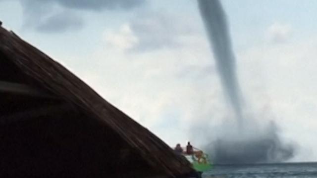 Strandgangers filmen waterhoos boven Zwarte Zee
