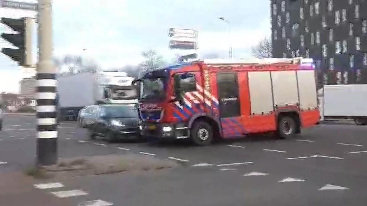 Brandweerwagen in Groningen aangereden door twee auto's
