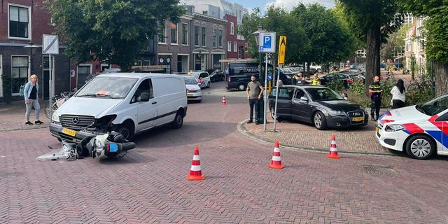 Scooterrijder gewond na aanrijding, politie zoekt naar duopassagier
