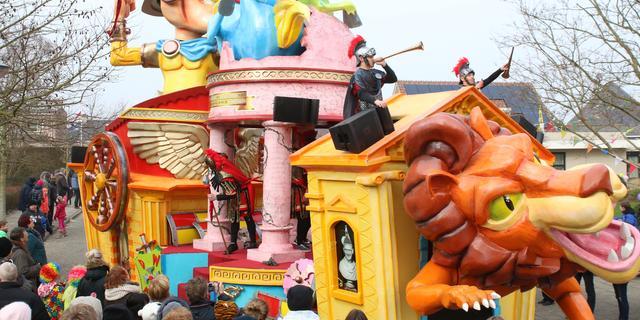 Dak boven hoofd van carnavalsbouwclubs