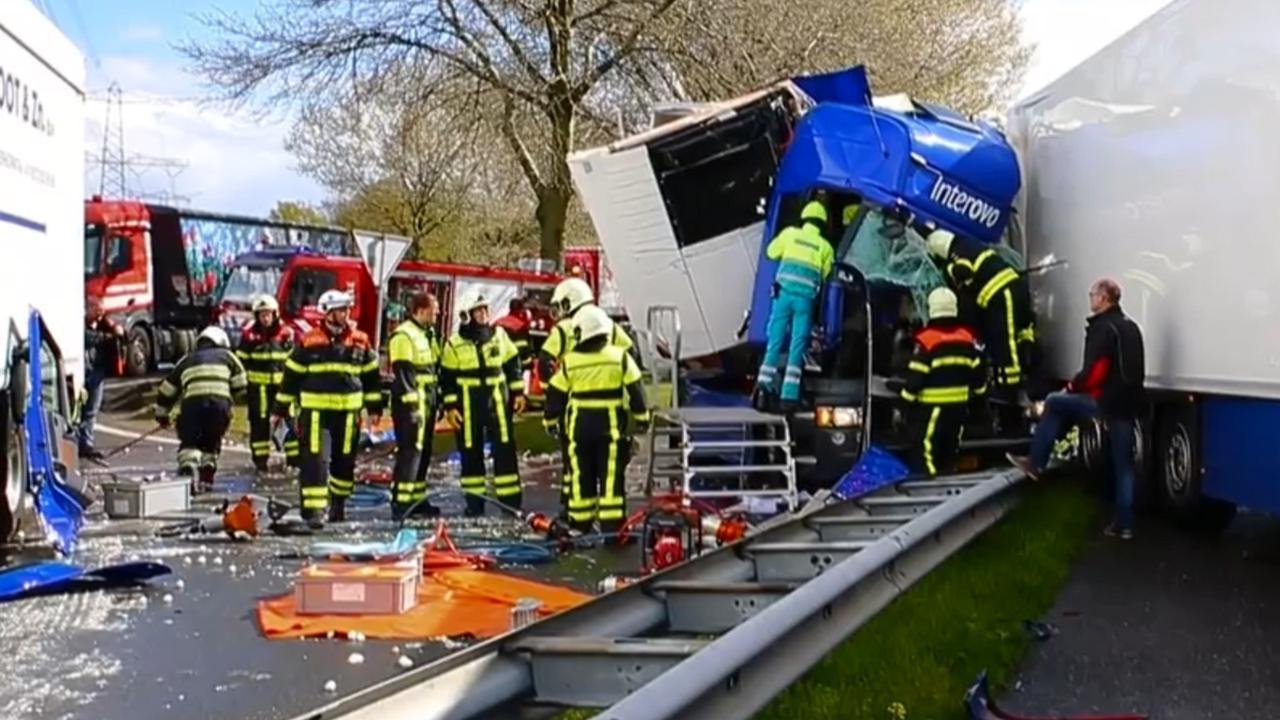 Zwaar ongeluk met vrachtwagens op A59 bij Oosterhout