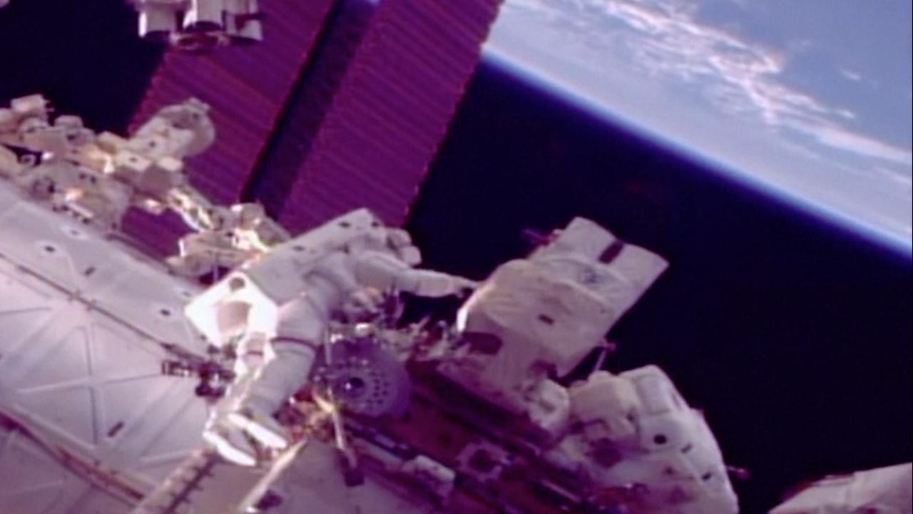 Astronauten vervangen onderdeel aan buitenkant ISS