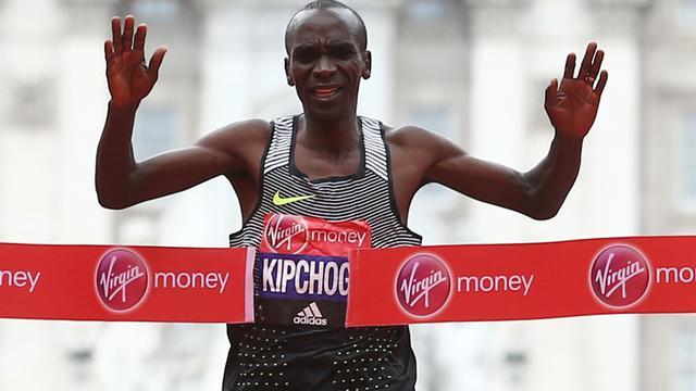 Kipchoge loopt net boven wereldrecord in marathon van Londen