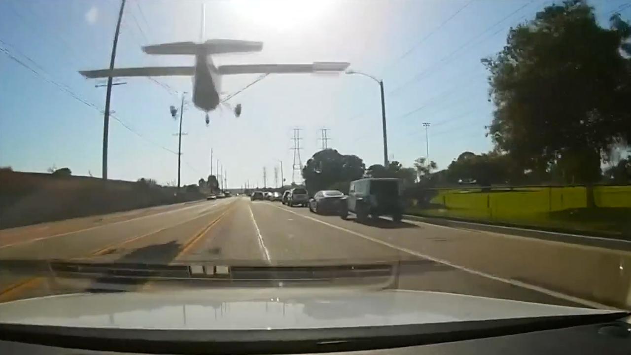 Vliegtuigje maakt noodlanding op straat in Los Angeles