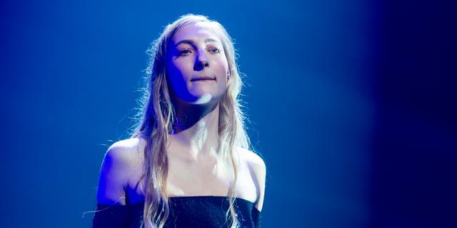 Zangeres S10 treedt op tijdens online Bevrijdingsfestival in TivoliVredenburg