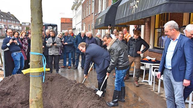 Wethouders Hoekstra en Van As planten bomen op de Rijnkade