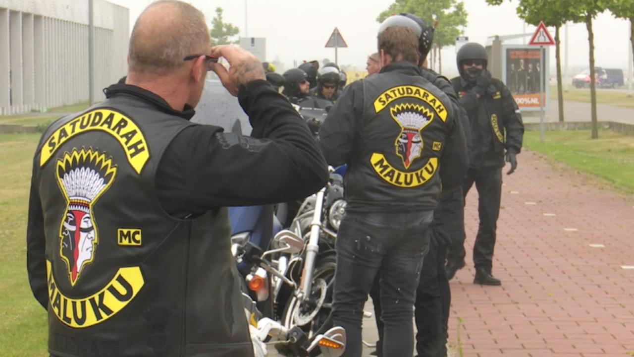 Leden Satudarah arriveren bij rechtbank Schiphol