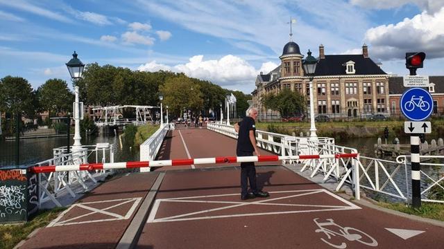 De Muntbrug afgesloten voor verkeer vanwege een storing