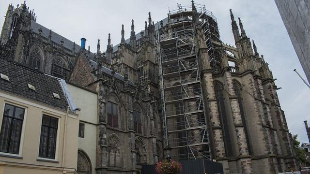 Eerste steigers geplaatst voor jarenlange renovatie Domkerk