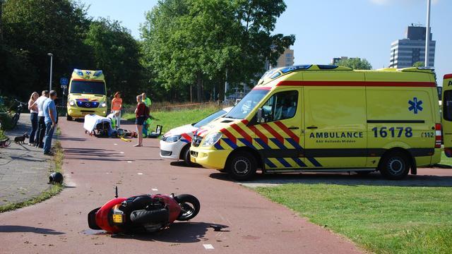 Fietser en scooterrijder in het ziekenhuis na botsing