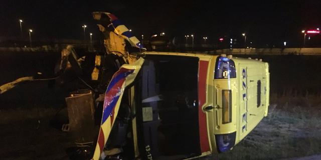 Ambulance belandt op kant door eenzijdig ongeval op A4