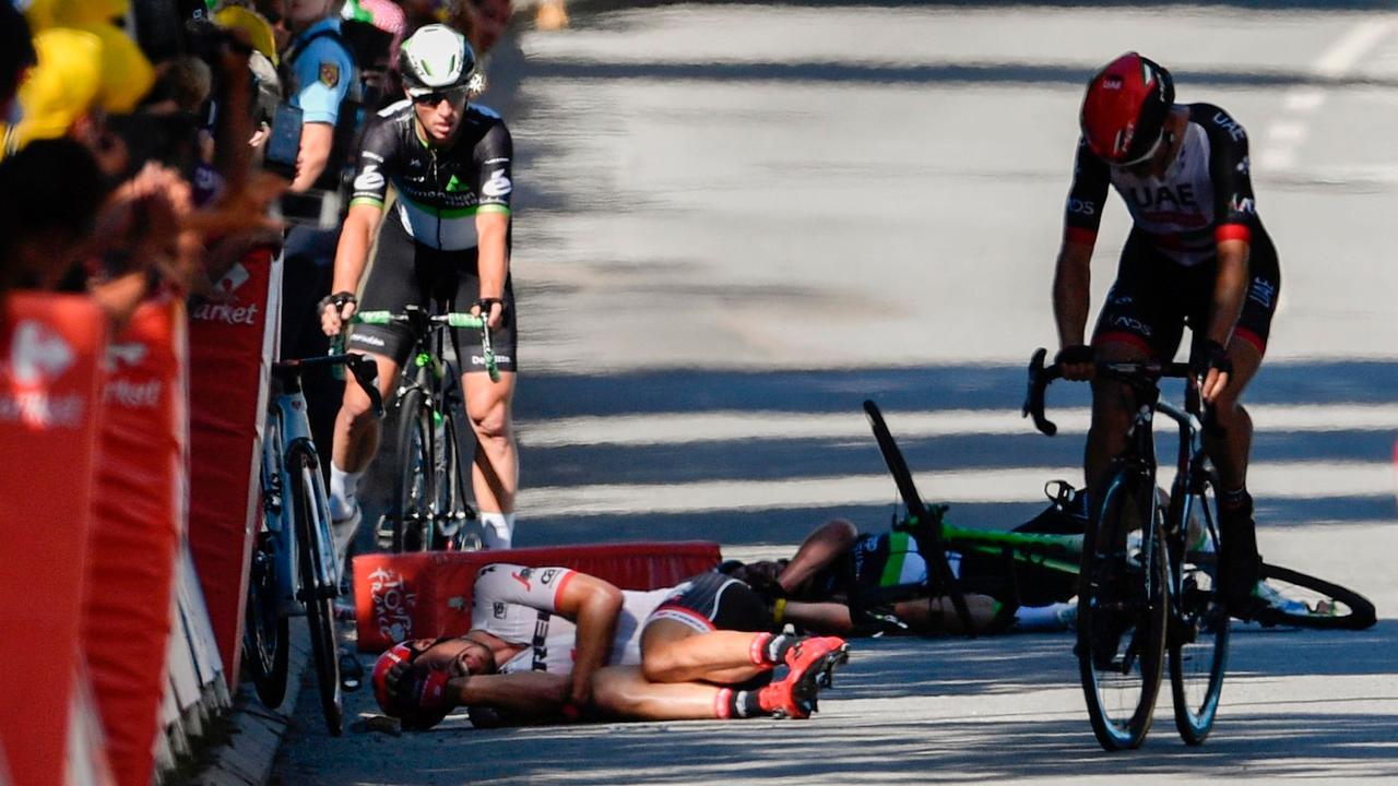 Cavendish hard onderuit in vierde Tourrit na duw Sagan
