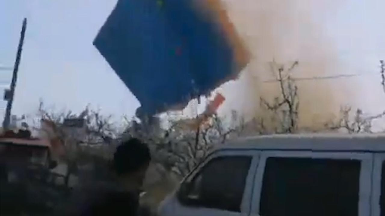 Tornado in China sleurt springkasteel meters de lucht in