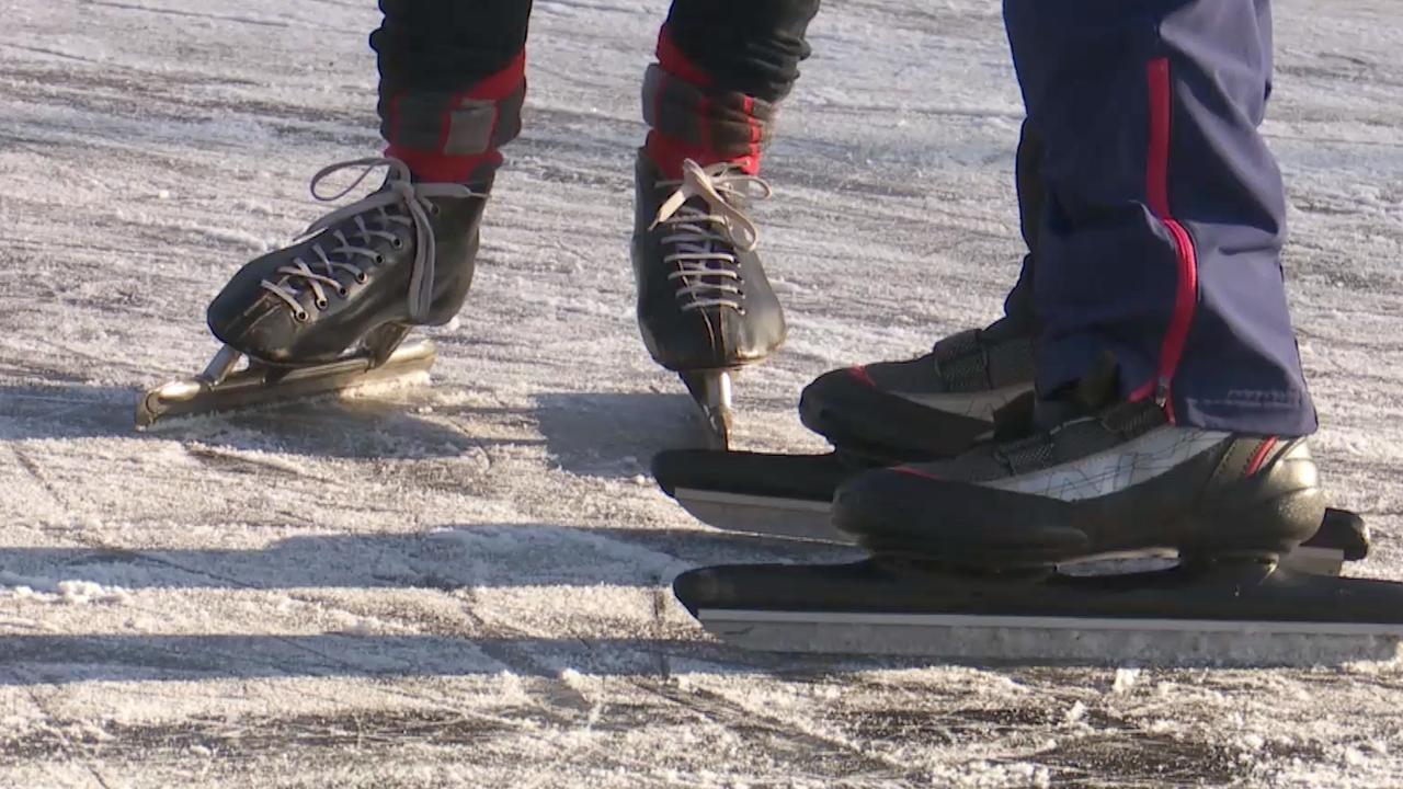 Eerste schaatsers stappen op 'dun laagje' natuurijs in Doorn