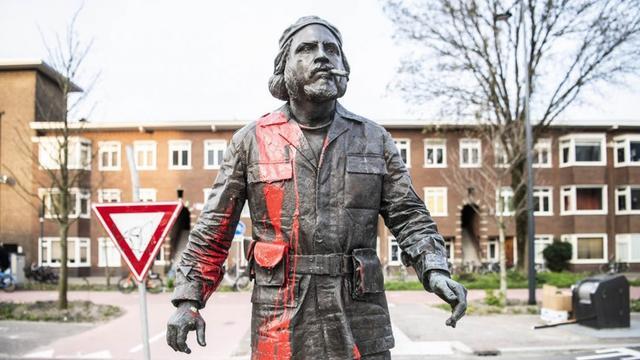 Beeld van Che Guevara in Utrecht besmeurd met rode verf