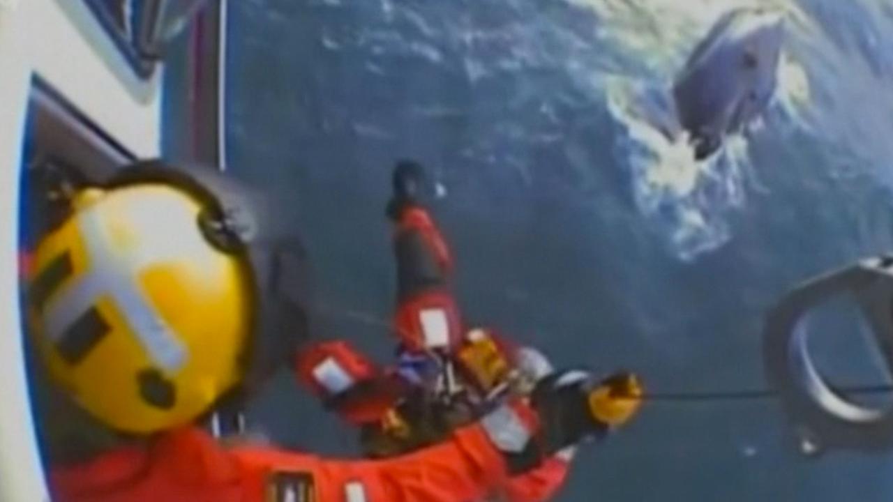 Helikopter redt opvarenden na omslaan vissersboot in het Kanaal