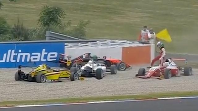Enorme chaos in Formule 4 na olie op de baan