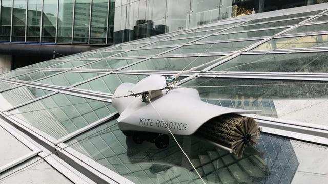 Robot reinigt overkapping station Utrecht Centraal