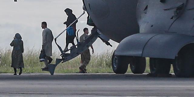 Naar buurland gevluchte Afghanen naar Nederland overgebracht
